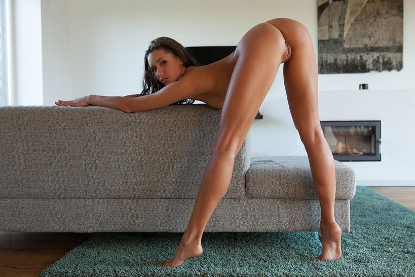 девушка длинные ноги голая девушка кровать снова задумался