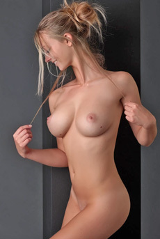 Carisha Strips And Shows Off Her Stunning Nude Body
